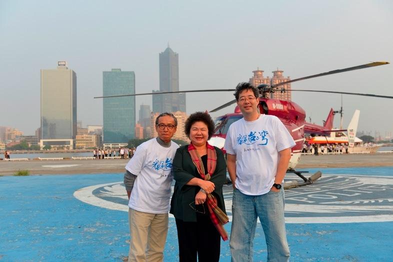 台灣電影史上創舉《看見台灣》陳菊市長、齊柏林、吳念真共乘直升機降落高雄巨蛋